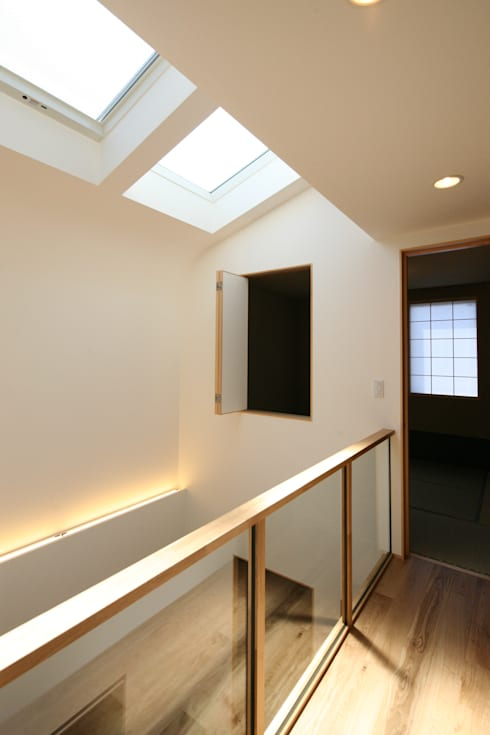 東金町の家【House Higashikanamachi】: Nieda Architectsが手掛けた廊下 & 玄関です。