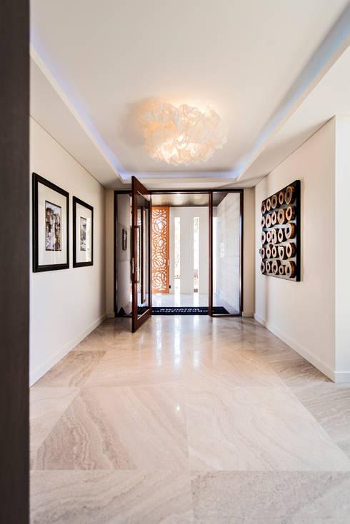 Projekty,  Korytarz, przedpokój zaprojektowane przez Moda Interiors