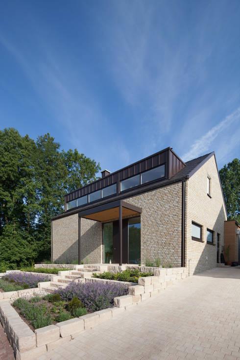 Straßenansicht 1: moderne Häuser von Hermann Josef Steverding Architekt