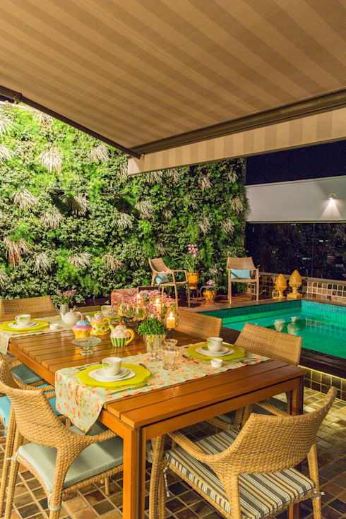 ÁREA DA PISCINA COM JARDIM VERTICAL: Salas de jantar modernas por Studio Karla Oliveira