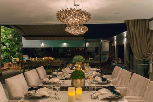 SALA DE JANTAR COM VISTA PARA A PISCINA: Salas de jantar modernas por Studio Karla Oliveira