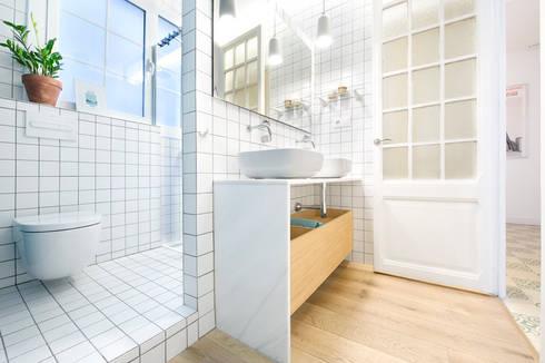 Vivienda en Sant Joan. Barcelona : Baños de estilo escandinavo de Egue y Seta