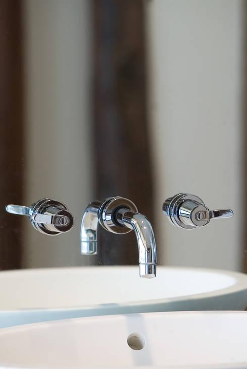 robinetterie sur miroir: Salle de bain de style de style Moderne par Atelier TO-AU