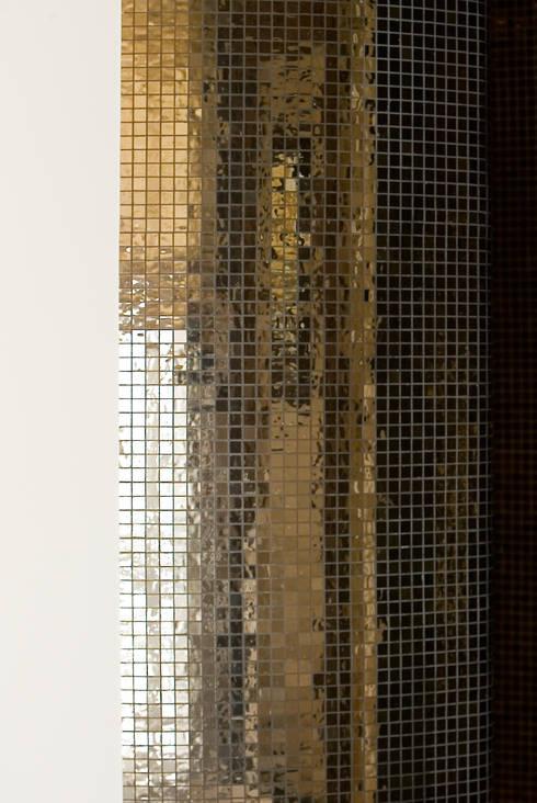 mosaïque de verre pour douche en colimaçon: Salle de bain de style  par Atelier TO-AU