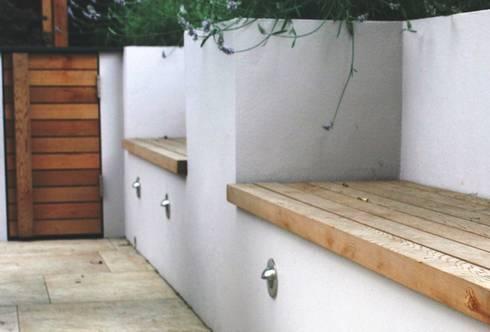 Built in seating by Rae Wilkinson: modern Garden by Rae Wilkinson Design Ltd