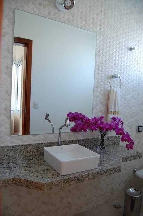 casa Irani: Banheiros modernos por arquiteto