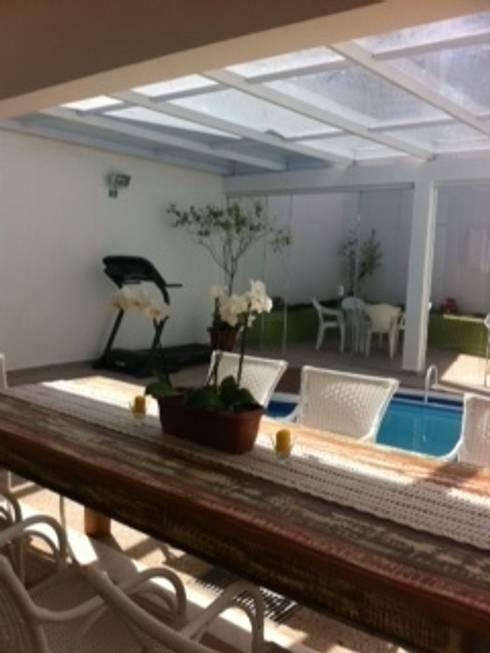 Projeto de área de lazer: Piscinas modernas por arquiteto