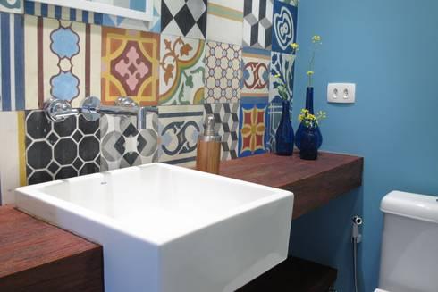 Apartamento Visconde da Luz: Casas de banho ecléticas por Rachel Nakata Arquitetura