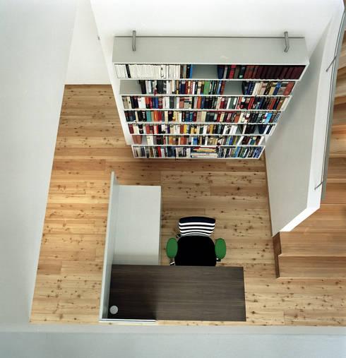 Corridor & hallway by architekturbühne
