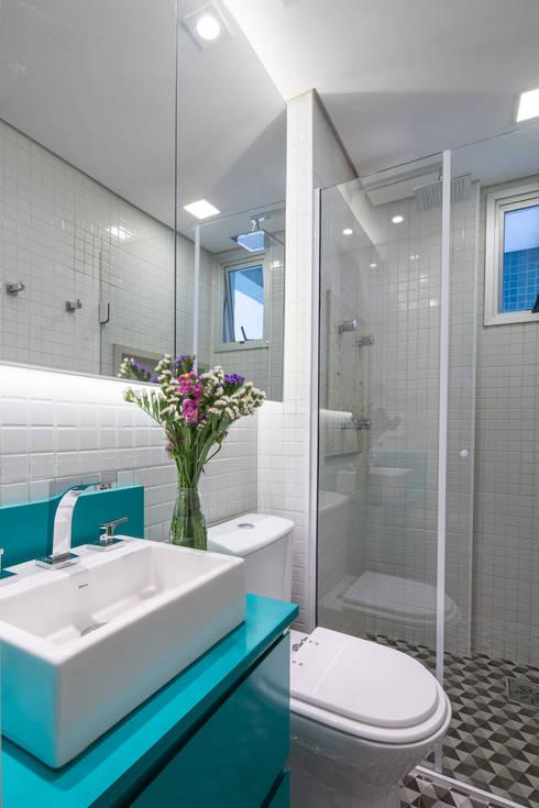 Apartamento Trama: Banheiros  por Semerene - Arquitetura Interior