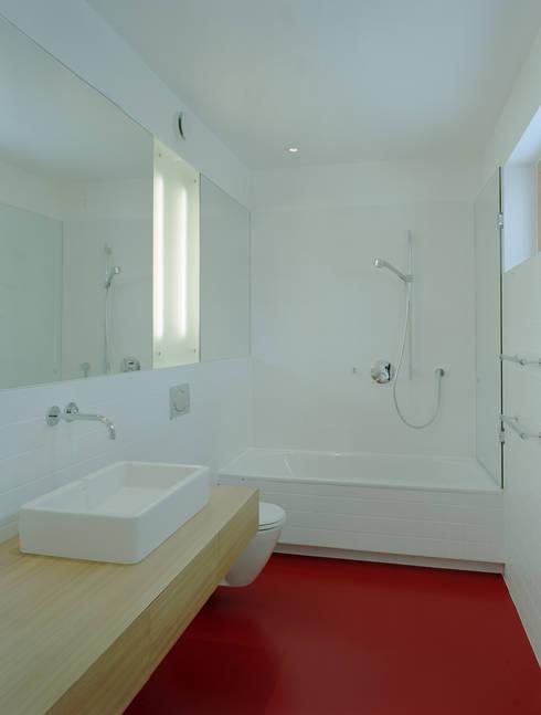 EFH: moderne Badezimmer von architekturbühne