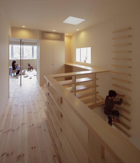 5階住居/フリースペース 4階とつなぐ吹き抜けと梯子: UZUが手掛けた子供部屋です。