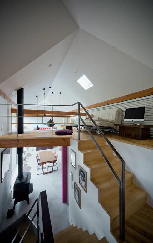 くの字の交差点、天井が折れ曲がる: UZUが手掛けた和室です。