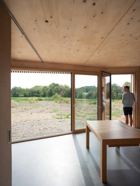 Comme un instrument de bois - maison MODU: Salon de style de style Minimaliste par mfa - mélaine ferré architecture
