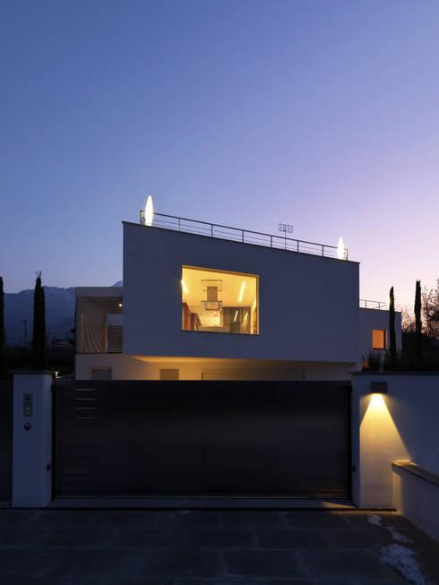 B-House: Case in stile  di Damilano Studio