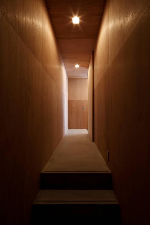 廊下: 道家洋建築設計事務所が手掛けた廊下 & 玄関です。