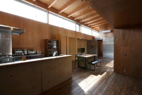 キッチン・ダイニング・リビング: 道家洋建築設計事務所が手掛けたキッチンです。