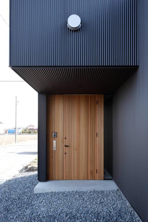 玄関: 道家洋建築設計事務所が手掛けた窓です。