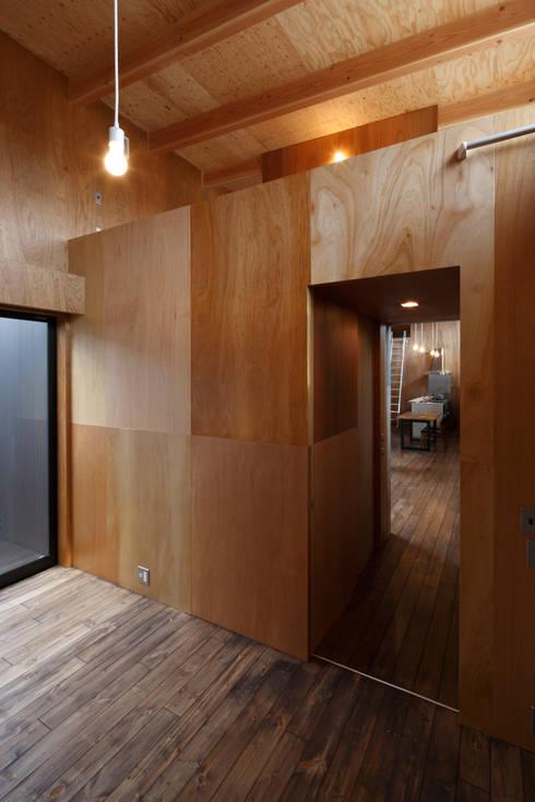 寝室・ロフト: 道家洋建築設計事務所が手掛けた寝室です。