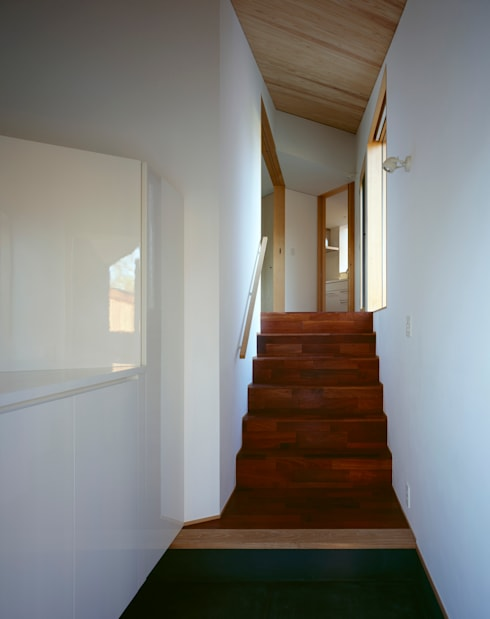 Villa Boomerang / 八ヶ岳の別荘: 森吉直剛アトリエ/MORIYOSHI NAOTAKE ATELIER ARCHITECTSが手掛けた廊下 & 玄関です。