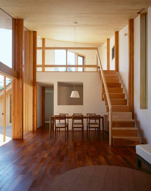 Villa Boomerang / 八ヶ岳の別荘: 森吉直剛アトリエ/MORIYOSHI NAOTAKE ATELIER ARCHITECTSが手掛けたダイニングです。