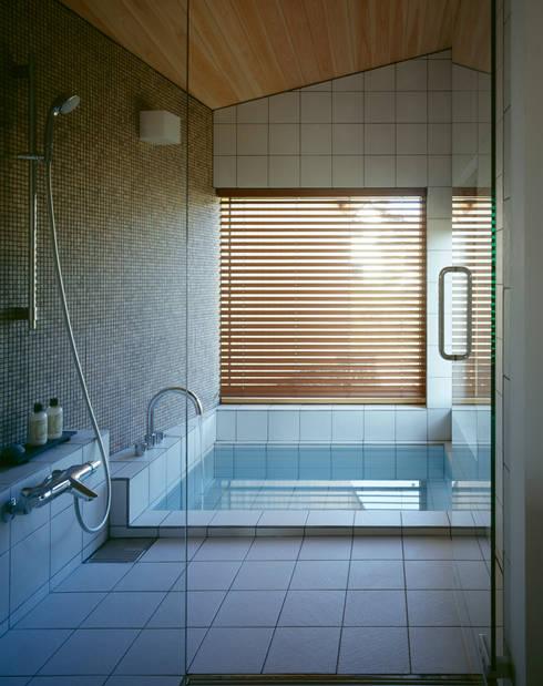 Villa Boomerang / 八ヶ岳の別荘: 森吉直剛アトリエ/MORIYOSHI NAOTAKE ATELIER ARCHITECTSが手掛けた浴室です。