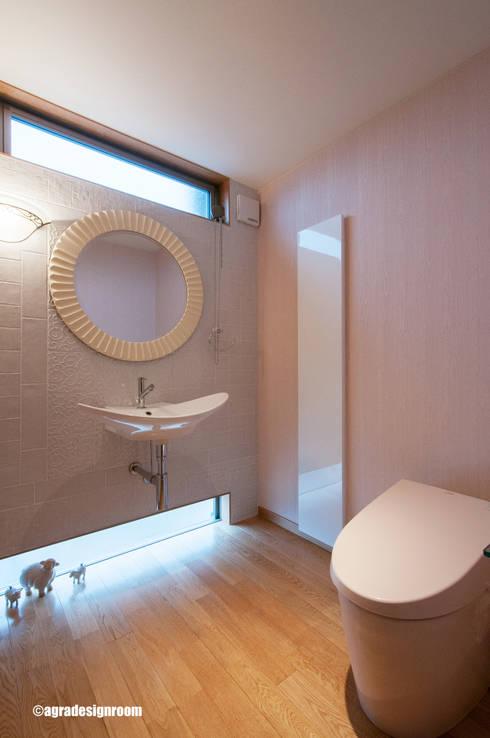 ひろびろトイレ。: アグラ設計室一級建築士事務所 agra design roomが手掛けた浴室です。