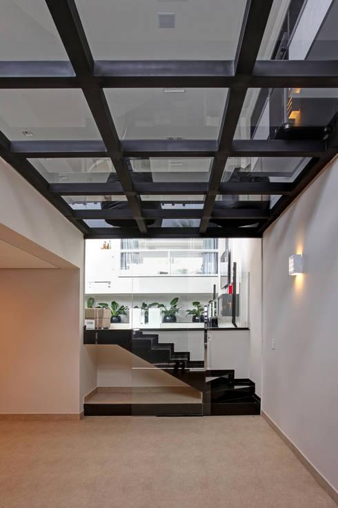 RESIDÊNCIA AV: Corredores e halls de entrada  por Le Araujo Arquitetura