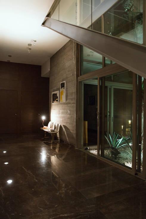 CASA SAN ÁNGEL: Pasillos y recibidores de estilo  por Landa Suberville