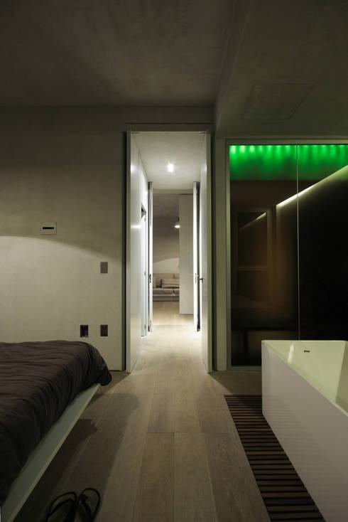 Loft a Milano: Camera da letto in stile  di Arturo Montanelli ar.de.a. s.r.l.