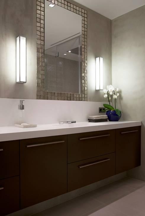 Project Glasshouse: minimalistische Badkamer door Proest Interior