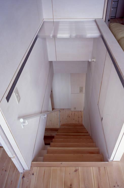 K&K-HOUSE 階段の蓋を開けたところ: M4建築設計室が手掛けた廊下 & 玄関です。