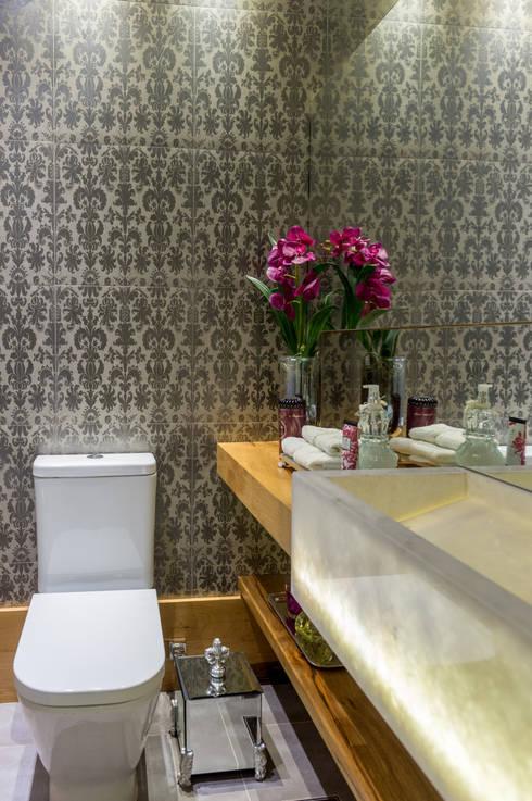 Projeto 17 - Residência clean: Banheiros  por GREISSE PANAZZOLO ARQUITETURA