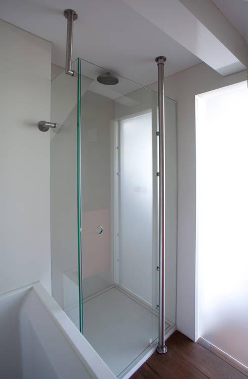 Badkamers: minimalistische Badkamer door Proest Interior