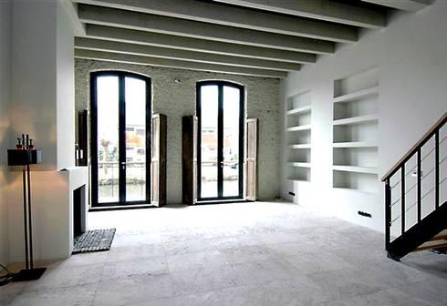 Loft in oude textielfabriek: industriële Woonkamer door Archivice Architektenburo