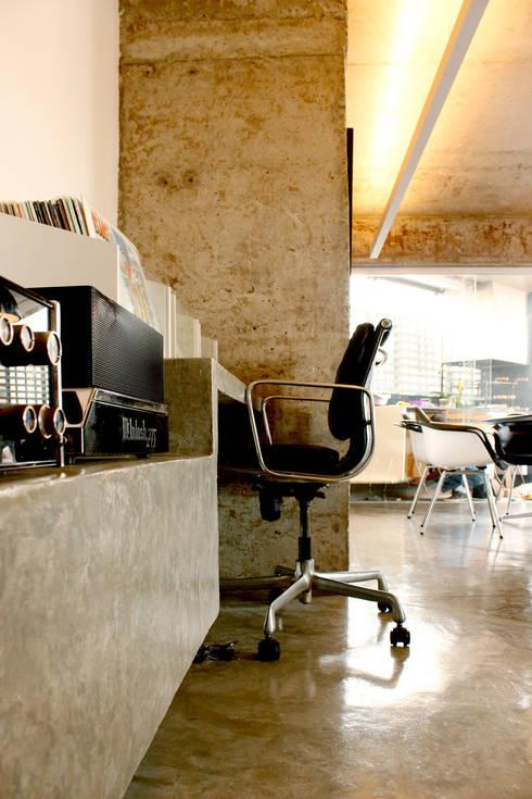 Apartamento na Chácara Klabin: Escritórios  por Mínima arquitetura e urbanismo