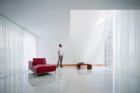 Casa em Moreira: Salas de estar minimalistas por Phyd Arquitectura