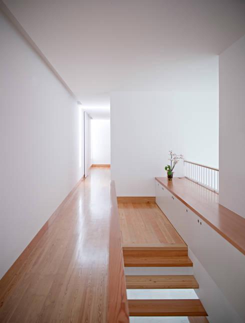 Casa em Moreira: Corredores e halls de entrada  por Phyd Arquitectura