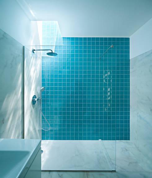 Casa em Moreira: Casas de banho minimalistas por Phyd Arquitectura