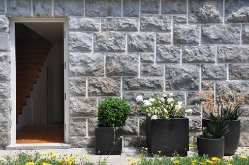 Porta de Entrada:   por Nuno Ladeiro, Arquitetura e Design