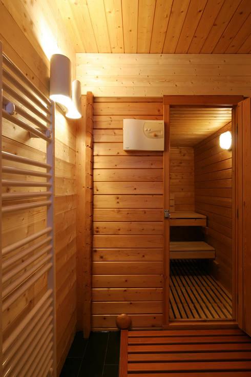 réaménagement d'un chalet à Avoriaz: Spa de style  par Florine Burger Architecte
