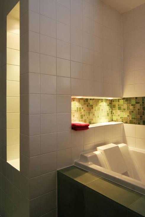 réaménagement d'un chalet à Avoriaz: Salle de bains de style  par Florine Burger Architecte