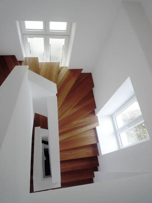 Treppenhaus mit Aufzug:  Flur & Diele von Gronemeyer architekten