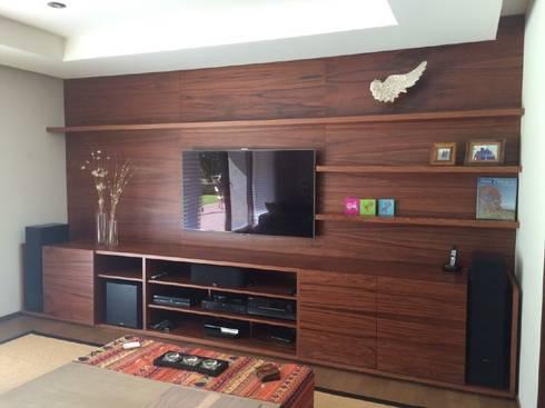 Mueble para TV: Salas de estilo mediterraneo por Farré Muebles