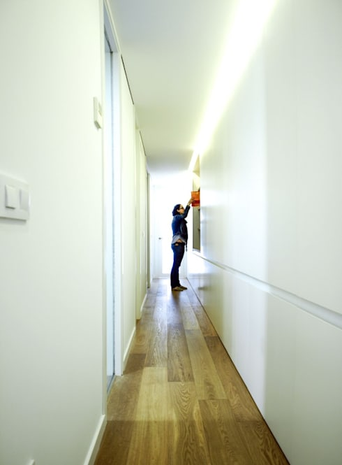Pasillo con armariada: Vestíbulos, pasillos y escaleras de estilo  de DonateCaballero Arquitectos