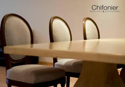 Sillas de madera tallada en color tabaco: Comedor de estilo  por Chiffonnier