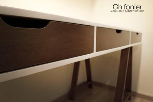 Escritorio de madera tono nogal : Estudio de estilo  por Chiffonnier