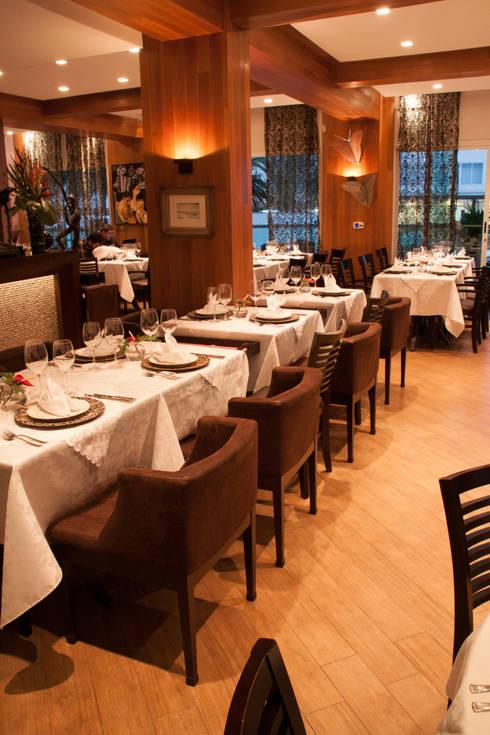 Restaurante a Beira Mar: Espaços gastronômicos  por Luine Ardigó Arquitetura