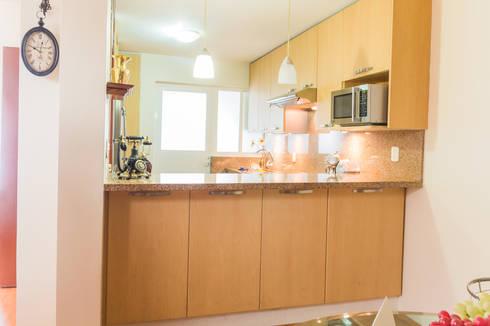 La barra vista desde el comedor: Cocinas de estilo moderno por Mikkael Kreis Architects