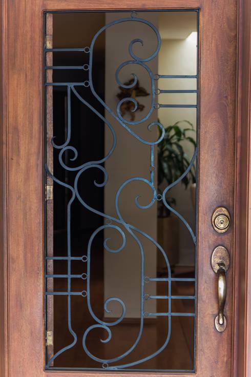 Puerta sólida: Puertas y ventanas de estilo  por Mikkael Kreis Architects